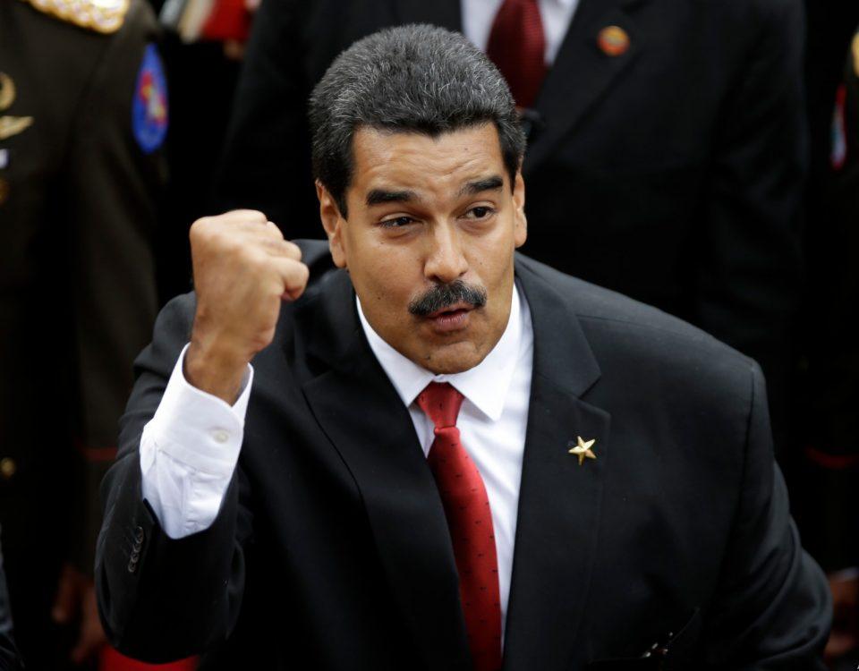 Nicolás Maduro saluda a partidarios al llegar al Congreso para su juramentación como presidente de Venezuela, el 19 de abril de 2013. Gobierno y opositores en Venezuela están enfrentados por supuestos ataques cometidos por la oposición contra clínicas del gobierno. La oposición asegura que las acusaciones son falsas. (Foto AP/Fernando Llano)
